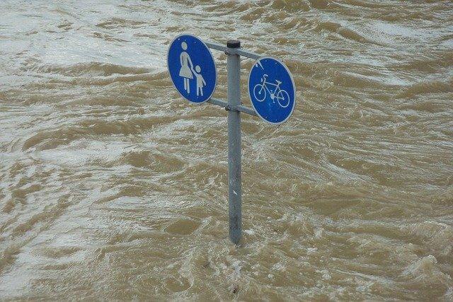 Skylt för fotgängar- och cykelbana som står i vatten.