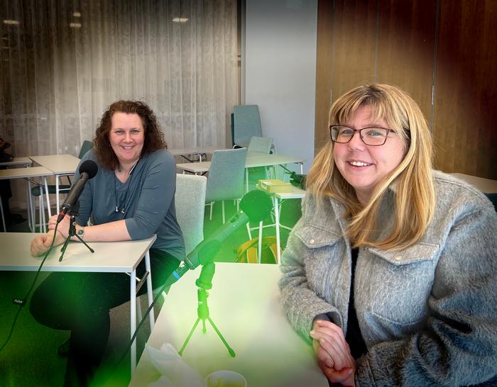 Bild på rektorn Kristina och försteläraren Karin från Schillerska gymnasiet vid inspelningen av podden