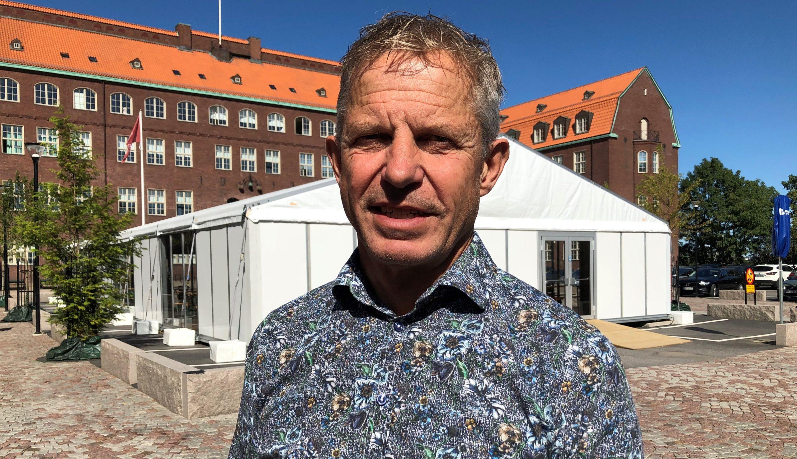Rektor Mikael O Karlsson står framför ett tält på skolgården.