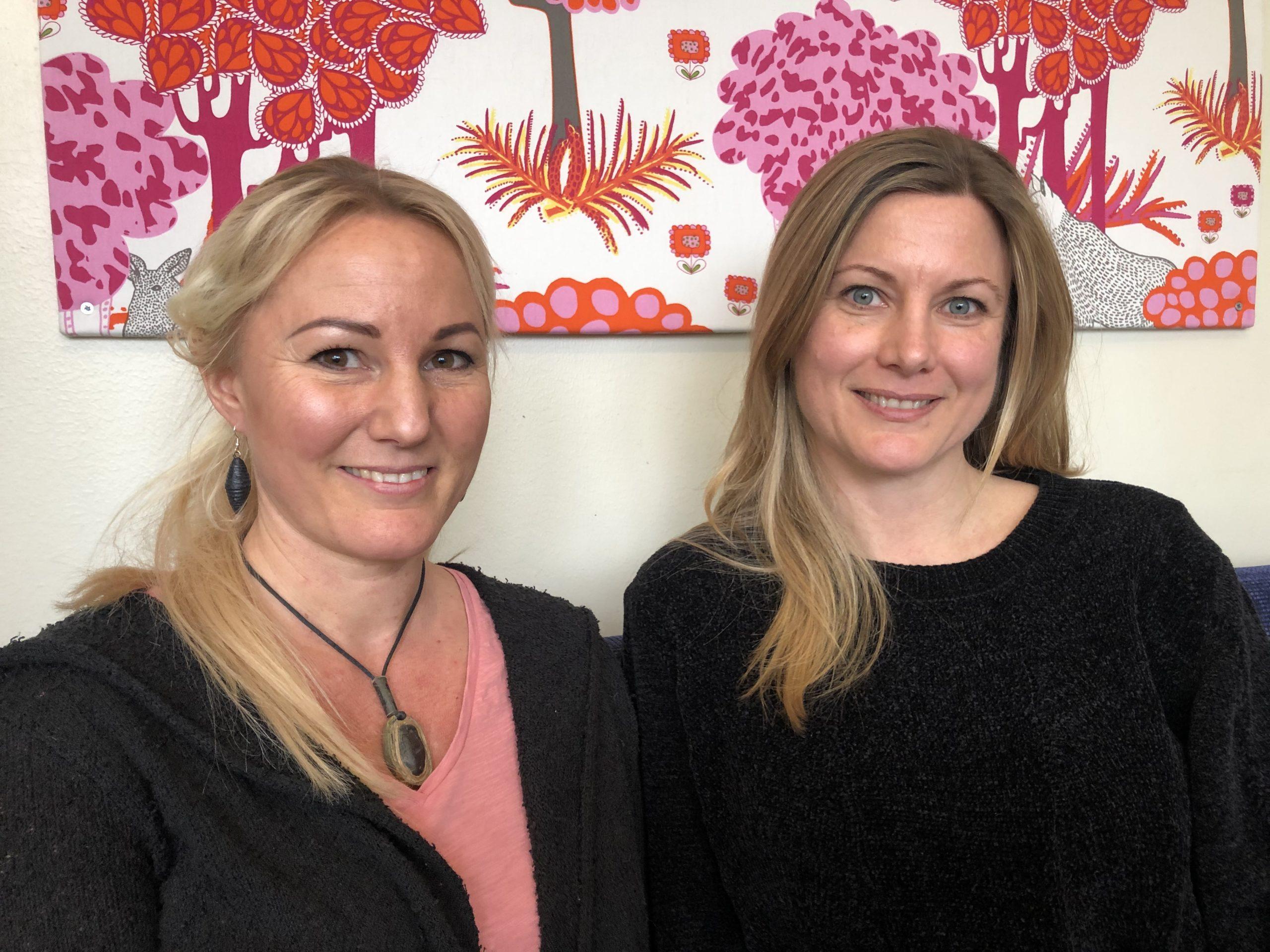 Bild på lärarna Charlotta och Vera på Johannebergsskolan montessori.
