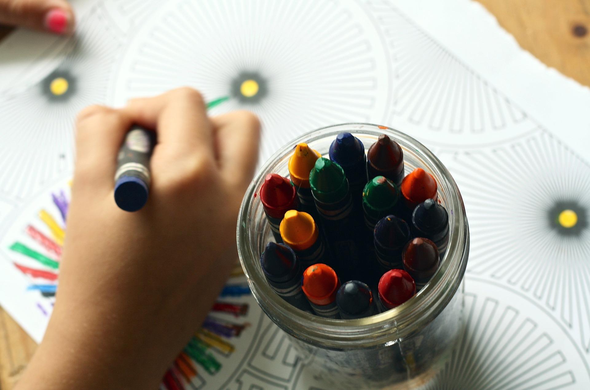 Kritor barn som ritar i förskolan